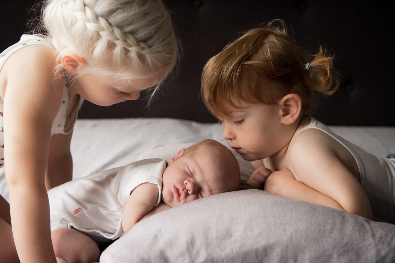 new born met zusjes